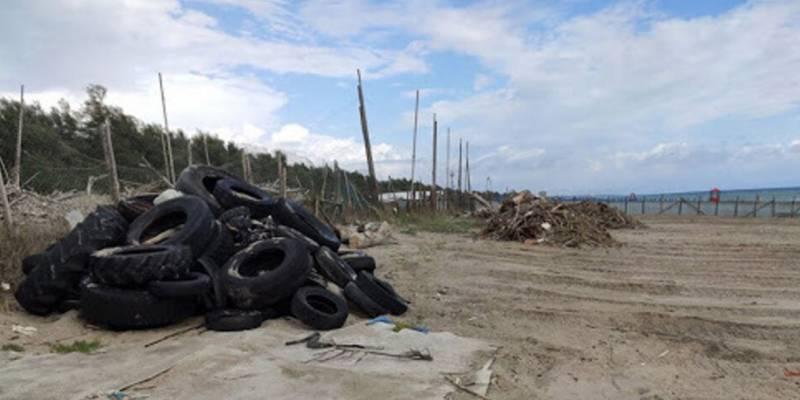 Castel Volturno rifiuti spiaggia sequestro, Castel Volturno, rifiuti in spiaggia scatta il sequestro