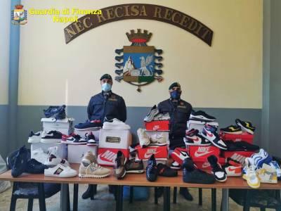 Napoli scarpe contraffatte, Napoli, sequestrati articoli per la casa non sicuri e scarpe contraffatte