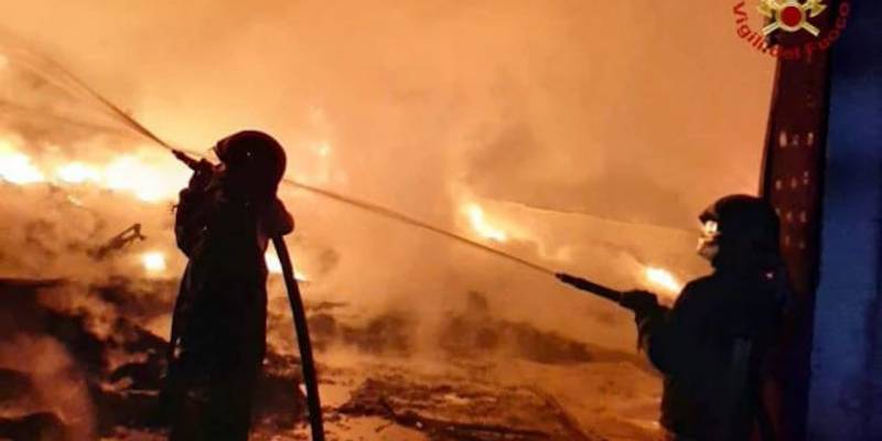 Terra dei fuochi ecoballe in fiamme